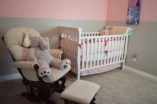 aranżacja małego pokoju dziecięcego w bloku